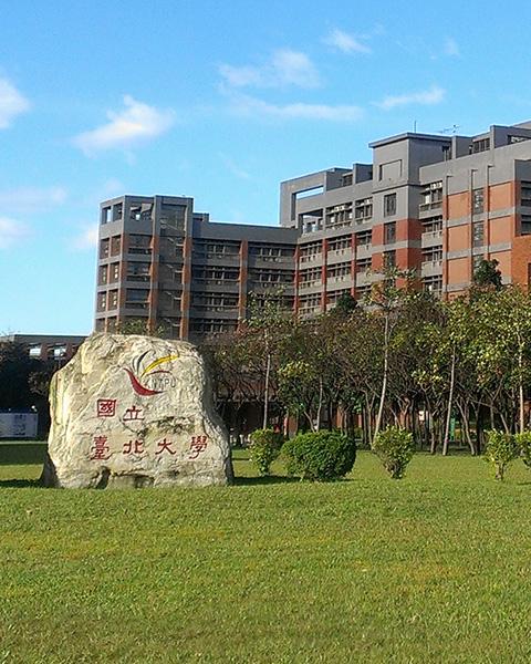 北大校徽石與社科大樓